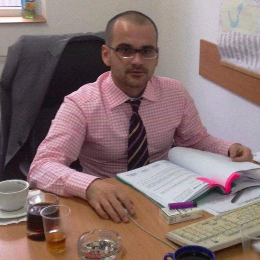 George Manciu, în biroul din primărie, degustând tacticos niște licori