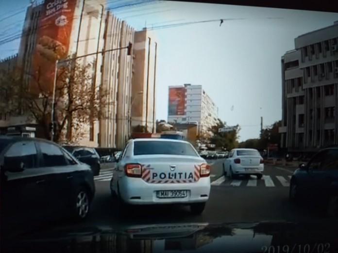 Un polițist a fost filmat în timp ce incalca Codul Rutier